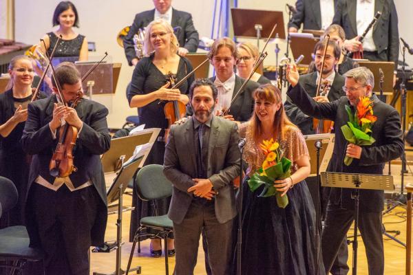 Pääpalkinnon voittaja Andrea Portera (vas.) ja sopraanosolisti Valentina Coladonato, Kotkan finaalikonsertti 15.11.2019, kuva: Petri Hurme/Vinkeä Design Oy